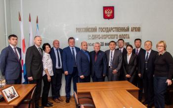 Фотография на память во время визита армейских архивистов России и Китая в РГАВМФ