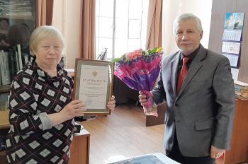 Директор архива В.Г. Смирнов под аплодисменты коллег вручил Наталья Алексеевне букет цветов.