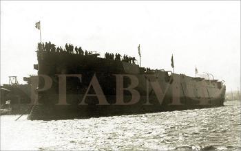 """Корпус крейсера I ранга """"Аврора"""" после спуска. 11 (24) мая 1900 г. (РГАВМФ. Ф.21. Оп.1. Д.37. Фото 68)"""