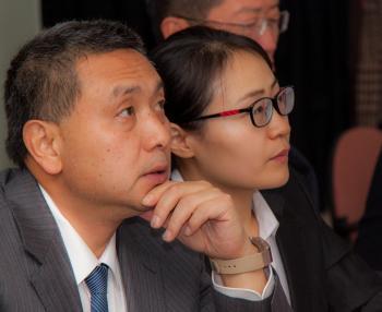 Заместитель начальника Архивной службы канцелярии Центрального военного совета КНР Дай Юань-линь во время просмотра фильма о РГАВМФ