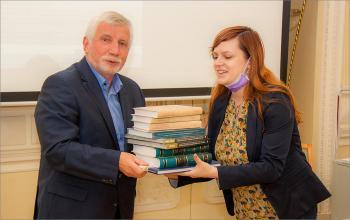 Вручение книг представителю библиотеки