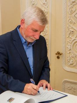 В.Г.Смирнов делает дарственную надпись в альбоме рисунков А.П.Боголюбова